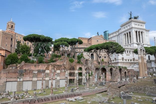 Рим, италия - 23 июня 2018: панорамный вид на храм венеры генетрикс - разрушенный храм и форум цезаря, также известный как форум iulium