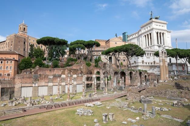 イタリア、ローマ-2018年6月23日:ヴィーナスジェネトリックスの寺院のパノラマビューは、フォロジュリアムとしても知られているシーザーの廃墟の寺院とフォーラムです