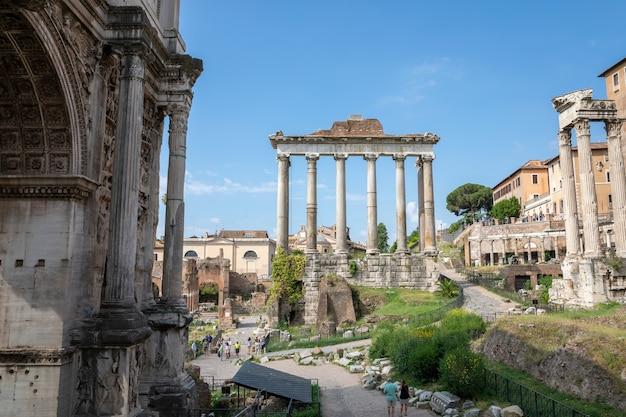 이탈리아 로마 - 2018년 6월 23일: 베스파시아누스 신전과 티투스 신전의 탁 트인 전망은 로마 포룸 서쪽 끝에 있는 로마에 있습니다. 신격화된 베스파시아누스와 그의 아들 신격화된 티투스에게 바쳐진다.