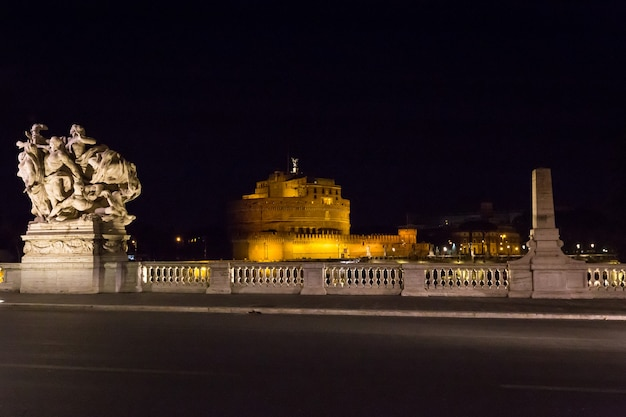 이탈리아 로마. 유명한 산트 안젤로 다리와 하드리아누스의 영묘의 야경