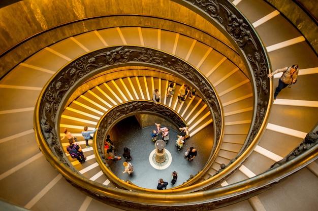 로마, 이탈리아-2016년 10월 18일: 사람들을 위한 나선형 계단은 바티칸 박물관의 출구로 이동합니다.