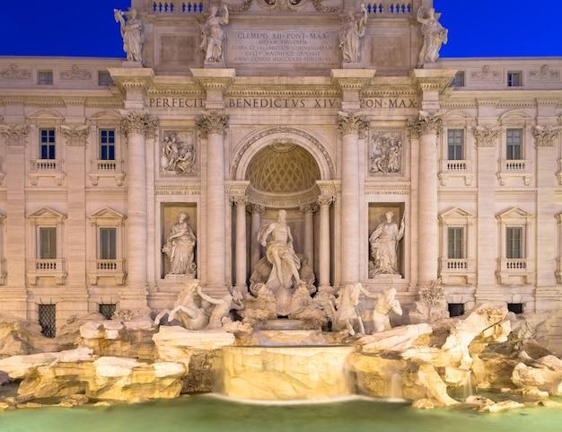 이탈리아 로마. 이탈리아 고전 바로크 건축의 걸작, 밤의 트레비 분수.