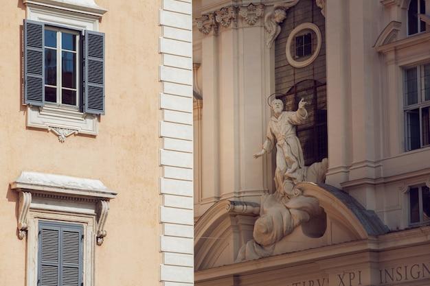 Statua di roma sulla strada