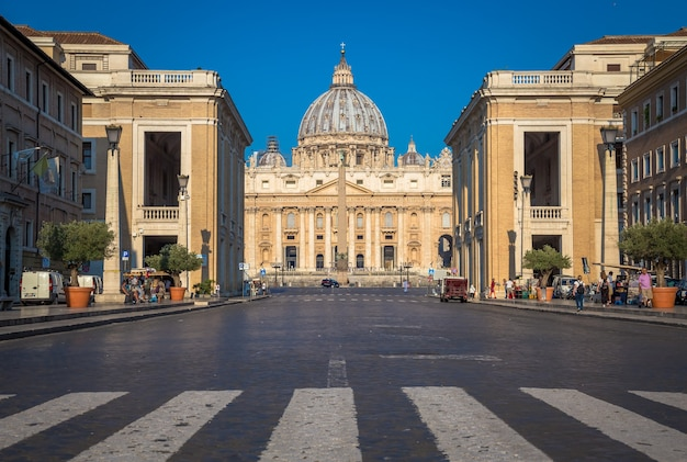 로마, 바티칸 주 - 2018년 8월 20일: 유명한 큐폴라, 이른 아침 일광 및 여전히 소수의 관광객이 있는 바티칸의 성 베드로 대성당.