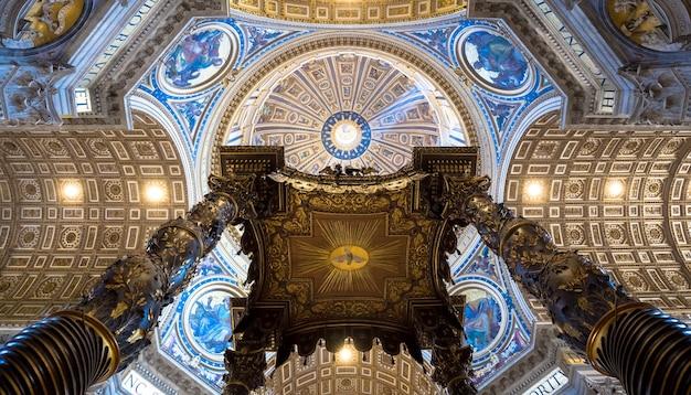 ローマ、バチカン州-2018年8月24日:キューポラの詳細とサンピエトロ大聖堂の内部
