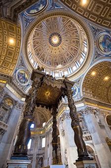 로마, 바티칸 주 - 2018년 8월 24일: 큐폴라 디테일이 있는 성 베드로 대성당 내부