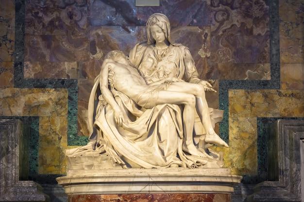 로마, 바티칸 주 - 2018년 8월 28일: 로마의 성 베드로 대성당에 위치한 피에타 디 미켈란젤로(연민), 1498-1499