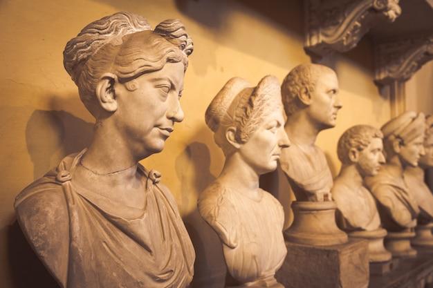 로마, 바티칸 주 - 2020년 8월경: 바티칸 박물관의 고전 조각상 관점