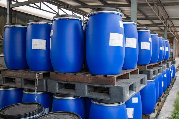 Romklao minburi 태국 - 2018년 4월 17일: 석유 배럴은 재활용하기 위해 흩어져 있는 파란색 화학 수직입니다.