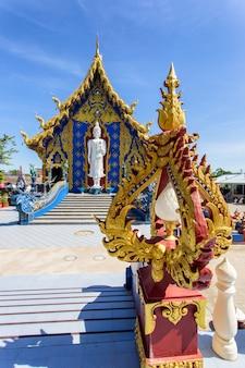 青い空を背景、チェンライ県、タイのrong sua ten寺