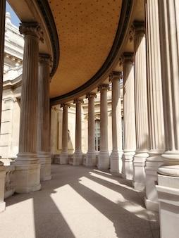 フランスの日光の下でマルセイユ自然史博物館の屋根と柱