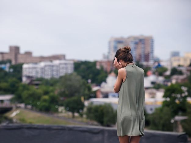 Концепция одиночества женщины депрессии крыши. наедине с проблемами. горе и боль.