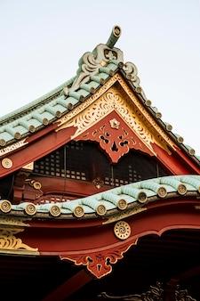 日本の伝統的な木造寺院の屋根の詳細