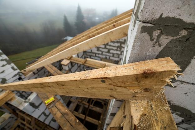 Каркас крыши из необработанных деревянных балок