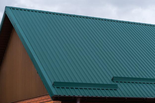 スノーリテーナー付きの緑の段ボール製の屋根