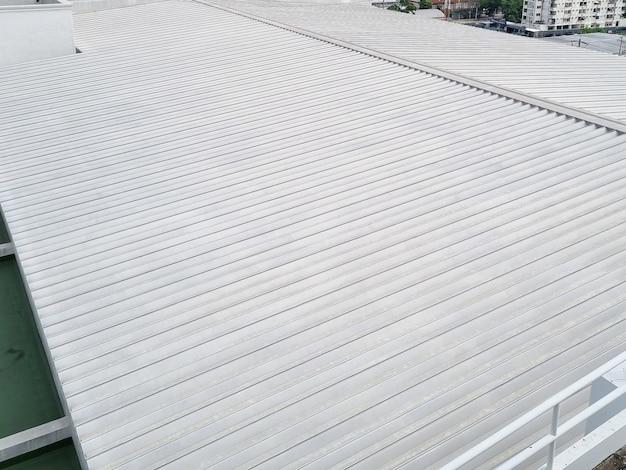 산업 플랜트의 지붕 금속판