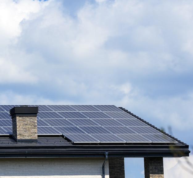 태양 전지판이있는 주거용 건물의 지붕. 녹색 에너지 및 에너지 독립 개념