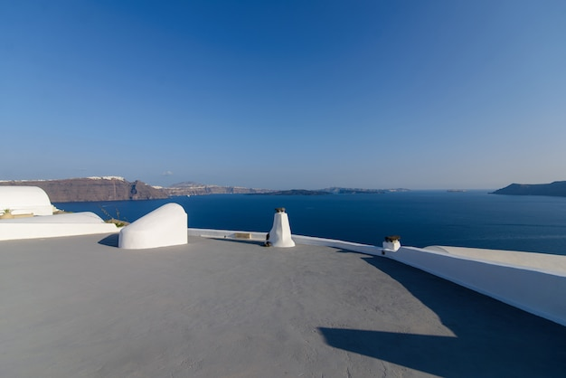 Oia 마을 산토리니 섬에 지중해의 배경에 호텔의 지붕.