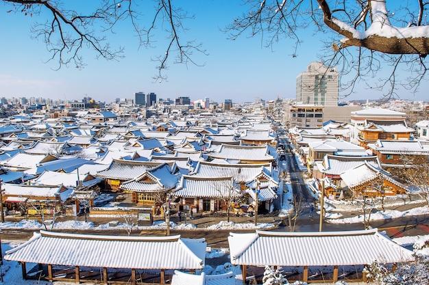 Крыша традиционной корейской деревни чонджу, покрытая снегом, деревня чонджу ханок зимой, южная корея