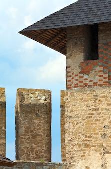 Крыша хотинской крепости (черновицкая область, украина). строительство было начато в 1325 году, а основные улучшения были сделаны в 1380-х и 1460-х годах.