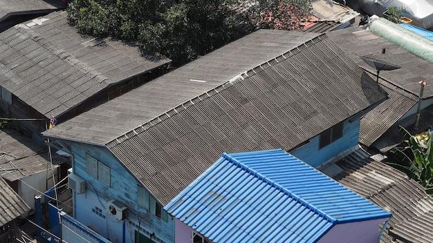 屋根瓦は、セラミックと金属の素材と上面の角度で作られています。