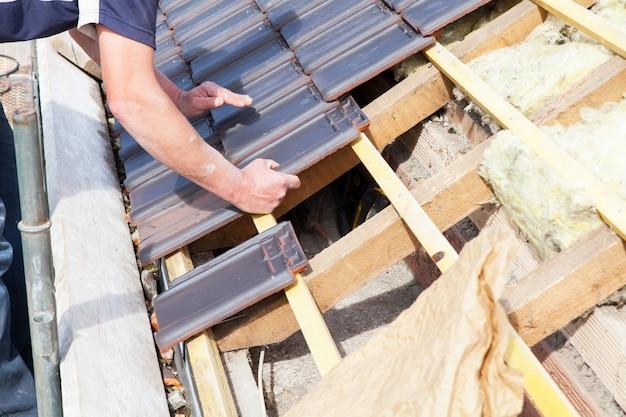 屋根の上にタイルを敷設する屋根roofき職人