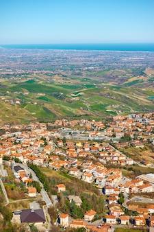 산마리노의 보르고 마조레의 지붕과 이탈리아의 에밀리아 로마냐 계곡