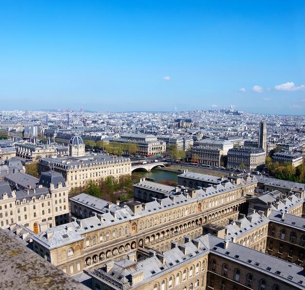 Крыши парижа сфотографированы с башни нотр-дам