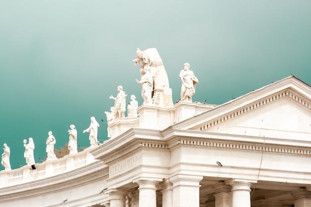 Tetto di un antico tempio romano con statue in cima