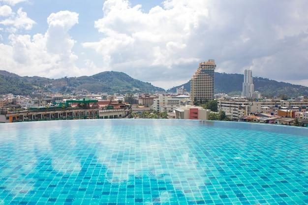 街の景色を望む屋上プール