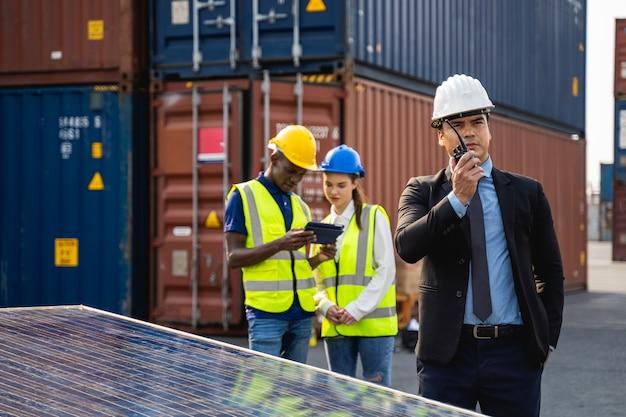 Инженеры и команда техников солнечной электростанции на крыше ремонт и обслуживание солнечных батарей