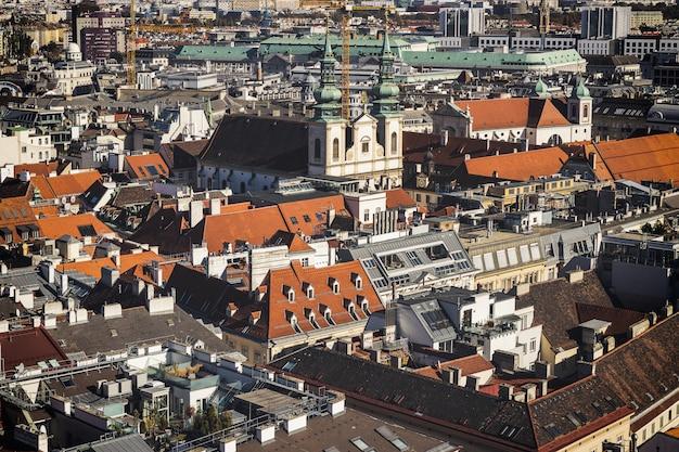 На крыше вид на исторический центр вены, австрия