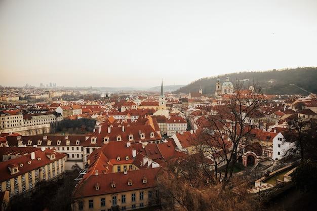 Вид с крыши на исторический центр праги, чешской республики, ес.