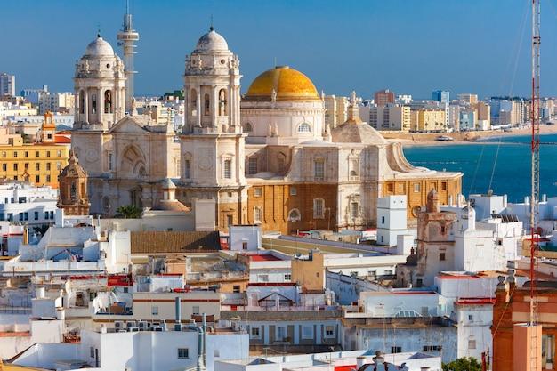 Крыши и собор в кадисе, андалусия, испания