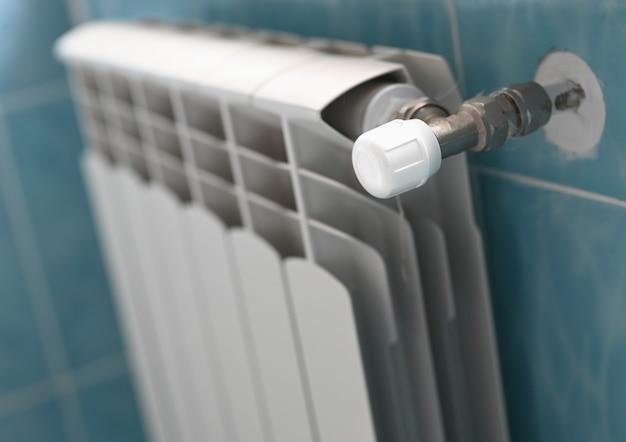 Контроль температуры аккумуляторной батареи в помещении, крупный план. фото высокого качества