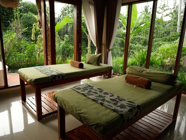 Дизайн комнаты на открытом воздухе деревянные кровати пейзаж интерьер кусты на заднем плане