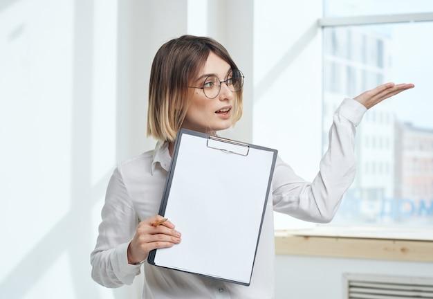 Комната финансы женщина бизнес документы интерьер окно