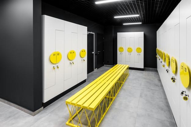 Комната для переодевания после тренировки и фитнеса. интерьер современной раздевалки