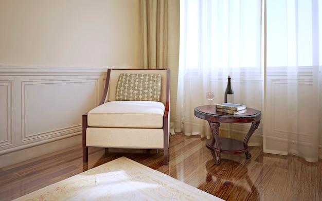 안락 의자와 어두운 목재 바닥의 커피 테이블과 몰딩 및 크림 무늬 카펫이있는 밝은 베이지 색 벽이있는 고전적인 스타일의 객실