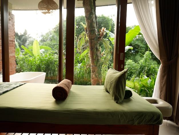 Дизайн интерьера комнаты шторы на открытом воздухе комната свежий воздух природа пейзаж подушки одеяла зеленый лист