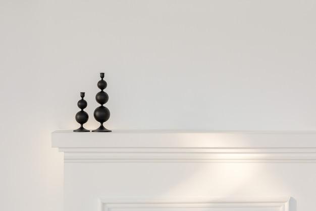 Комната с пустым камином и стулом