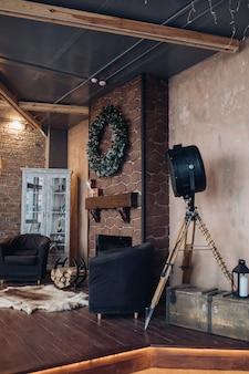 Комната с двумя креслами и камином