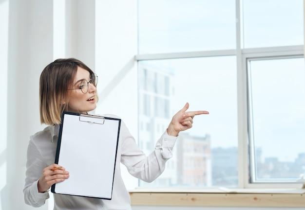 Комната женщина бизнес документы интерьер окна модель