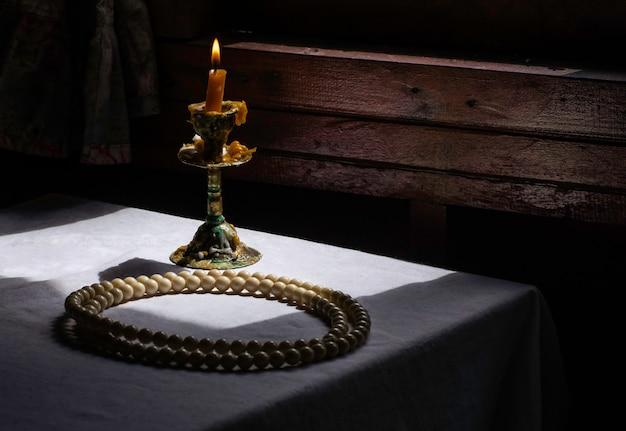 瞑想のために仏roomの部屋の白いチーズクロスにビーズを付けます。仏教の瞑想