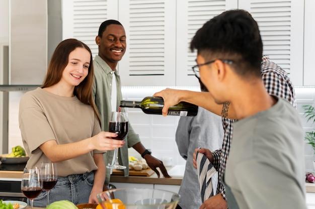 Соседи по комнате пьют вино, средний план