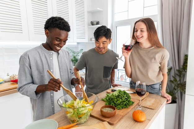 Соседи по комнате едят вместе средний план