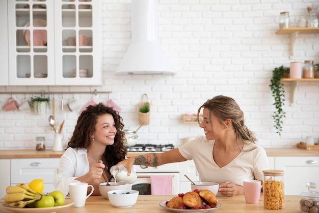 Соседи по комнате завтракают, средний план