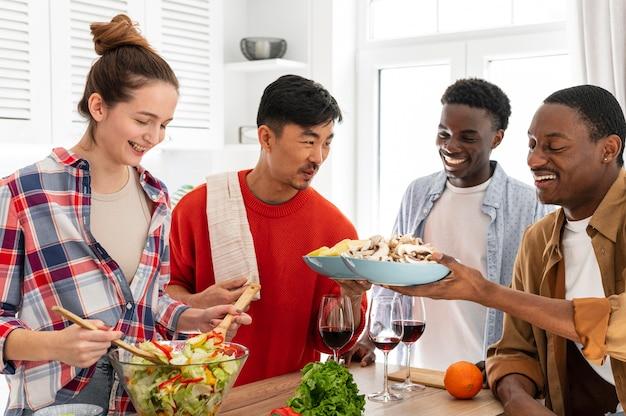Соседи по комнате с вкусной едой средний план