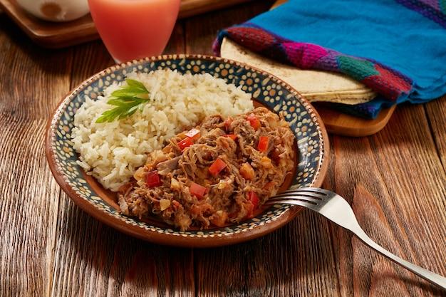 Ропа вьеха комида типика мексика де карне де тернера сервида кон арроз бланко