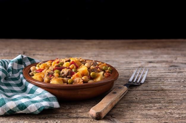 Блюдо ropa vieja на деревянном столе